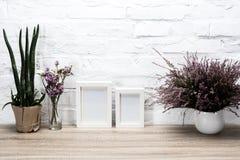 lege fotokaders en bloemen op lijst Royalty-vrije Stock Afbeeldingen