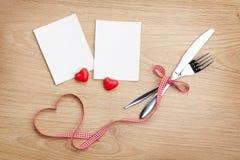 Lege fotokaders met hartsuikergoed en tafelzilver Stock Fotografie