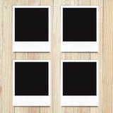 Lege fotokaders op houten achtergrond Stock Afbeeldingen