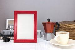 Lege fotokaders, rode koffiepot met kop van koffie, oude baske Royalty-vrije Stock Afbeeldingen