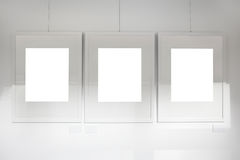 Lege frames op kunstgalerie witte muur Stock Foto's