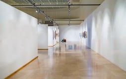 Lege galerijruimte met witte muren Royalty-vrije Stock Afbeeldingen