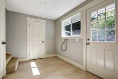 Lege gang met tegelvloer en ingangsdeur Stock Foto's