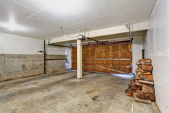 Lege garage in oud huis Stock Foto