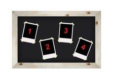 Lege geïsoleerdee fotoframes op bord Stock Fotografie