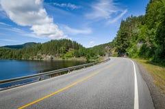 Lege gebogen weg op lake& x27; s kust in Noorwegen Stock Foto's