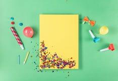 Lege gele kaart met diverse partijconfettien, ballons, noisema Stock Fotografie