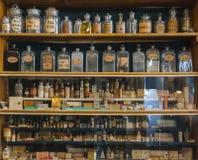 Lege geurflessen in oude apotheek Stock Afbeeldingen
