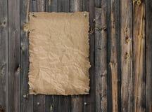 Lege gewilde affiche op doorstane plank houten muur Stock Foto's
