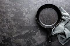 Lege gietijzerpan op donkere grijze culinaire achtergrond, mening van hierboven Royalty-vrije Stock Foto's