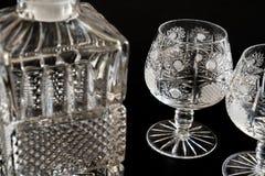 Lege glasfles en glazen stock foto's