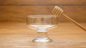 Lege glaskom en honingslepel (LR Pan) stock videobeelden