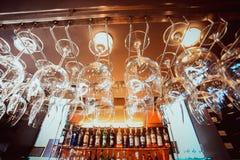 Lege glazen die bij de bar en Bar hangen met Stock Foto's
