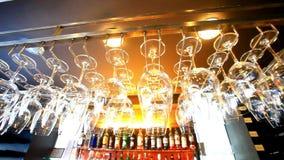 Lege glazen die bij de bar en Bar hangen met stock videobeelden