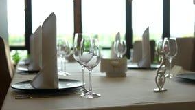 Lege glazen die in restaurant worden geplaatst stock video