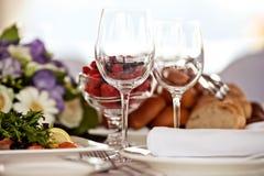 Lege glazen die in restaurant worden geplaatst Stock Foto