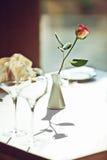 Lege glazen die in restaurant worden geplaatst Stock Foto's