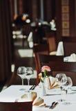 Lege glazen die in restaurant worden geplaatst Royalty-vrije Stock Foto