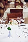 Lege glazen die in restaurant worden geplaatst Royalty-vrije Stock Foto's