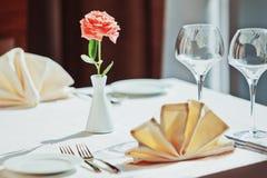 Lege glazen die in restaurant worden geplaatst Royalty-vrije Stock Afbeelding