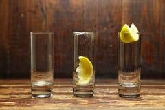 Lege glazen met citroen Stock Afbeeldingen