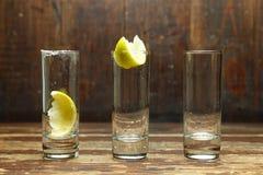 Lege glazen met citroen Stock Afbeelding