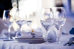 Lege glazen in restaurant Stock Afbeeldingen