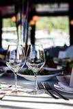 Lege glazen in restaurant Stock Fotografie