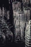 Lege glazen van verschillende vormen, zwarte achtergrond Stock Afbeeldingen