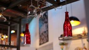 Lege glazen voor wijn boven een barrek in uitstekende toon stock videobeelden