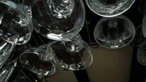 Lege glazen voor wijn en champagne het hangen over een barrek stock video
