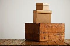Lege golfkartondozen met uitstekende houten doos Stock Foto's