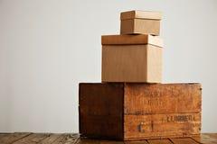 Lege golfkartondozen met uitstekende houten doos Stock Foto