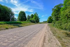lege grintweg in het platteland in de zomerhitte Stock Foto