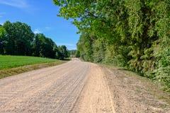 lege grintweg in het platteland in de zomerhitte Royalty-vrije Stock Fotografie
