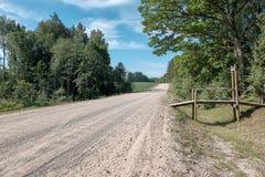 lege grintweg in het platteland in de zomerhitte Stock Fotografie