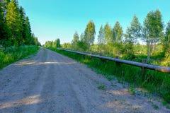 lege grintweg in het platteland in de zomerhitte Royalty-vrije Stock Afbeeldingen