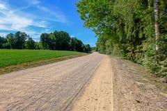 lege grintweg in het platteland in de zomerhitte Stock Afbeeldingen