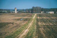 lege grintweg in het platteland in de zomerhitte - wijnoogst aangaande Stock Fotografie