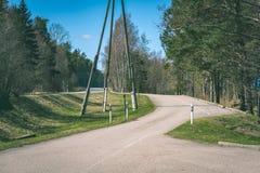 lege grintweg in het platteland in de zomerhitte - wijnoogst aangaande Stock Afbeeldingen