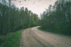 lege grintweg in het platteland in de zomerhitte - wijnoogst aangaande Royalty-vrije Stock Foto