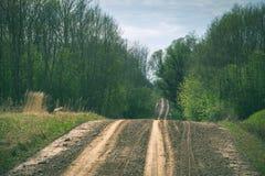 lege grintweg in het platteland in de zomerhitte - wijnoogst aangaande Royalty-vrije Stock Fotografie