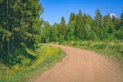 lege grintweg in het platteland in de zomerhitte - wijnoogst aangaande Stock Foto