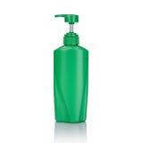 Lege groene plastic die pompfles voor shampoo of zeep wordt gebruikt studio Stock Foto