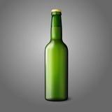 Lege groene realistische die bierfles op grijs wordt geïsoleerd vector illustratie