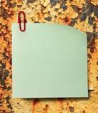 Lege groene sticker en rode klem stock fotografie
