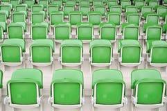 Lege groene zetels bij stadion Stock Fotografie