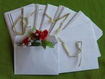 Lege groetenveloppen met bloemen royalty-vrije stock afbeelding