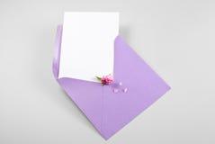 Lege groetkaart in envelop met de lentebloemen en bloemblaadjes Stock Fotografie