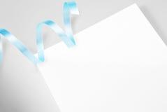 Lege groetkaart met blauw lint Royalty-vrije Stock Foto